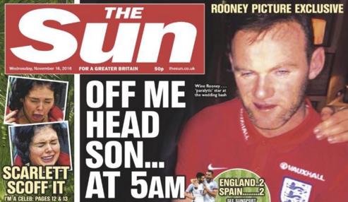 """Rooney, depois de bebedeira em hotel de Watford, em foto na capa do jornal """"The Sun"""" (Reprodução)"""