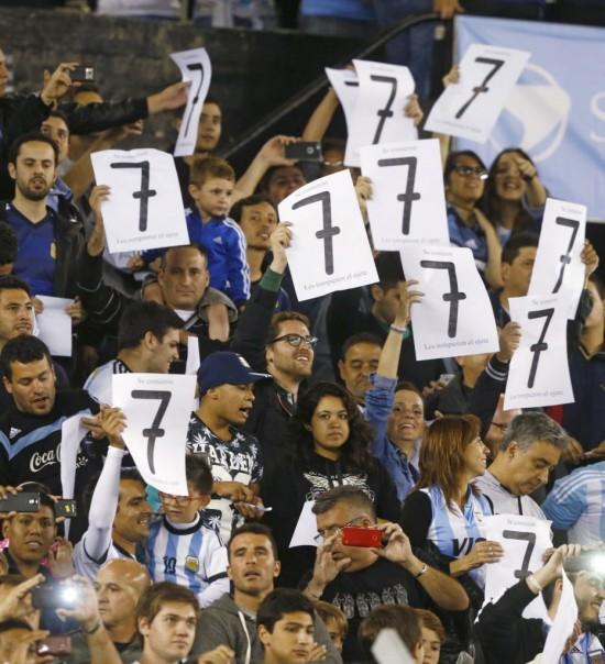 Antes do 1 a 1 no Monumental de Nuñez, torcida da Argentina mostra o número 7 para lembrar a vitória da Alemanha por 7 a 1 sobre o Brasil na Coppa de 2014  (Enrique Marcarian - 13.nov.2015/Reuters)