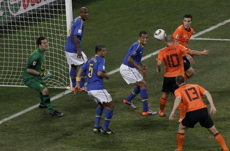 Mal marcado por Felipe Melo (5) e Gilberto Silva, Sneijder cabeceia para fazer Holanda 2 x 1 Brasil na Copa da África do Sul (Michael Sohn - 2.jul.2010/Associated Press)