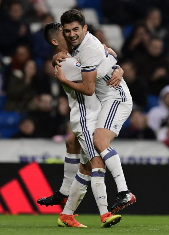 Enzo Zidane Fernández (dir.) abraça Mariano Díaz, colega de Real Madrid, na goleada sobre o Cultura Leonesa (Javier Soriano - 30.nov.2016/AFP)