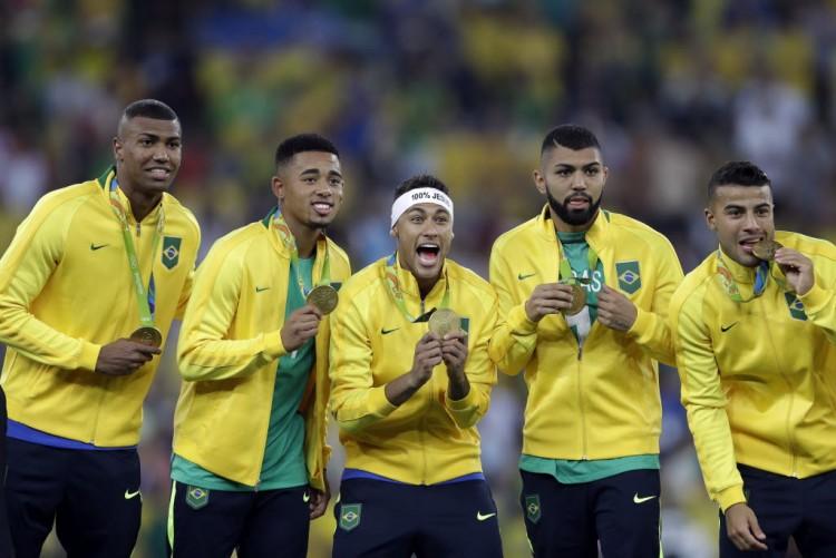 Walace, Gabriel Jesus, Neymar, Gabigol e Rafinha comemoram o ouro olímpico no Maracanã (Andre Penner - 20.ago.2016/Associated Press)