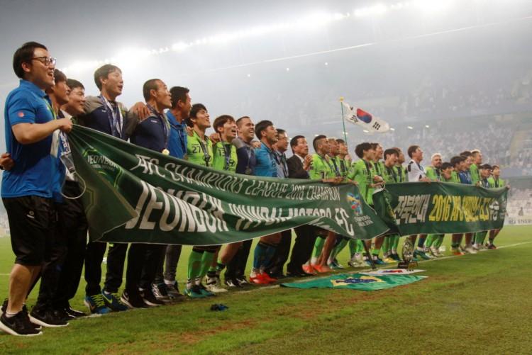 Elenco do Jeonbuk comemora o título da Liga dos Campeões da Ásia, obtido nos Emirados Árabes (Li Zhen - 26.nov.2016/Xinhua)