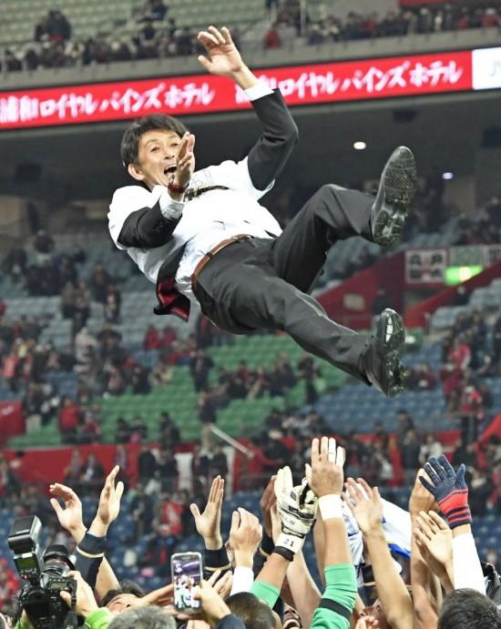 Masatada Ishii, treinador do Kashima Antlers, é jogado para o alto por jogadores do time após a conquista do Campeonato Japonês (Yohei Fukai - 3.dez.2016/Kyodo News via Associated Press)