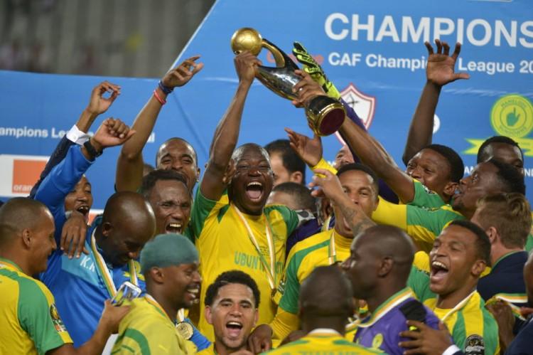 Jogadores do Mamelodi Sundowns festejam a conquista da Liga dos Campeões da África, no Egito (23.out.2016/AFP)