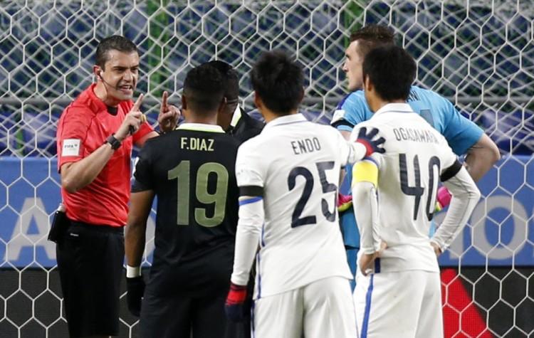 Jogadores do Atlético Nacional, de Medellín,contestam o árbitro Viktor Kassai pela marcação de pênalti após lance revisado pela videoarbitragem (Kim Kyung-Hoon - 14.dez.2016/Reuters)