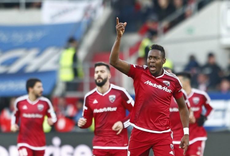 Roger comemora ao marcar o gol da vitória do Ingolstadt sbre o então líder RB Leipzig (Michaela Rehle - 10.dez.2016/Reuters)
