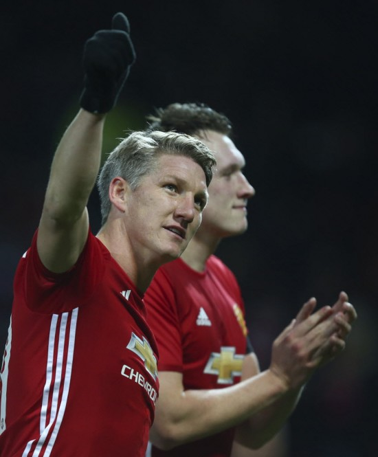 Schweinsteiger acena para a torcida do Manchester United depois da goleada sobre o West Ham no Old Trafford (Dave Thompson - 30.nov.2016/Associated Press)
