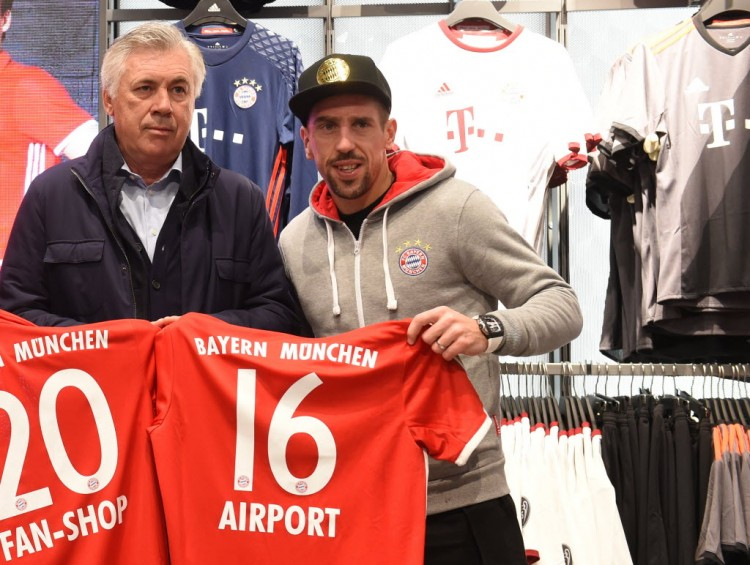 O técnico Ancelotti (italiano) e o atacante Ribéry (francês) são exemplos de estrangeiros do Bayern que falam alemão (Christof Stache - 6.nov.2016/AFP)