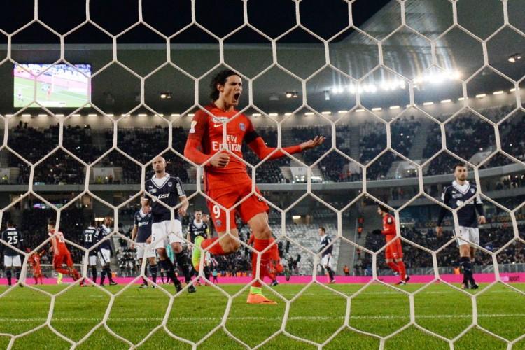 Cavani comemora ao marcar contra o Bordeaux na goleada por 4 a 1 do PSG na Copa da Liga da França (Nicolas Tucat - 24.jan.2017/AFP)