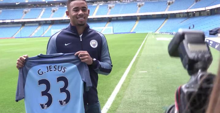Gabriel Jesus exibe a camisa que vestirá no Manchester City (Reprodução - Site do Manchester City)