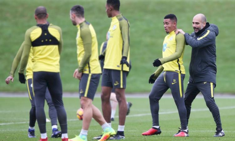 Guardiola posiciona Gabriel Jesus em treino do Manchester City para a partida contra o Tottenham (Reprodução/Site do Manchester City)