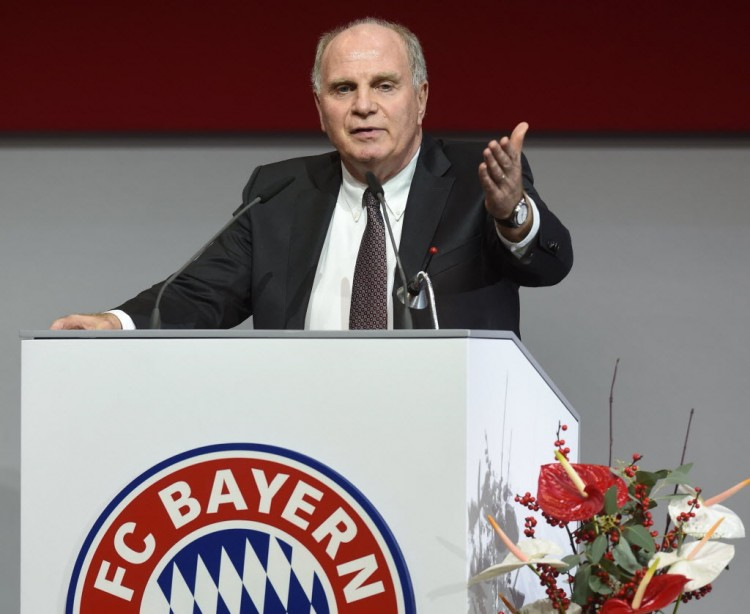 O presidente do Bayern de Munique, Uli Hoeness, discursa para acionistas do clube (Christof Stache - 25.nov.2016/AFP)