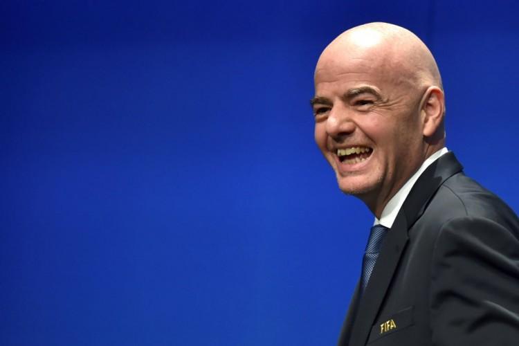 Gianni Infantino tem motivo para sorrir, pois sua proposta de inchar a Copa do Mundo foi aprovada (Michael Buhozer - 10.ja.2016/AFP)