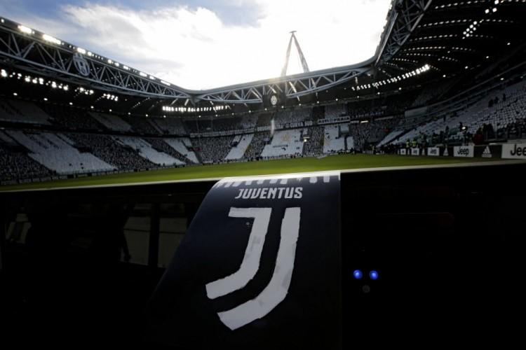 Banner no estádio da Juventus, em Turim, com o logotipo que o clube adotará no meio deste ano (Marco Bertorello - 22.jan.2017/AFP)
