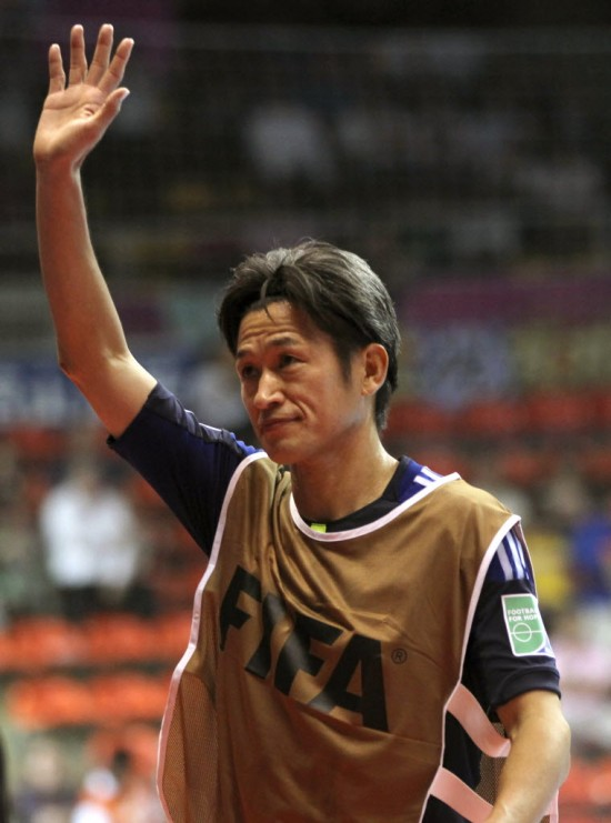 Kazuyoshi Miura, o Kazu, participou do Mundial de futsal da Fifa em 2012, aos 45 anos (Apichart Weerawong - 7.nov.2012/Associated Press)