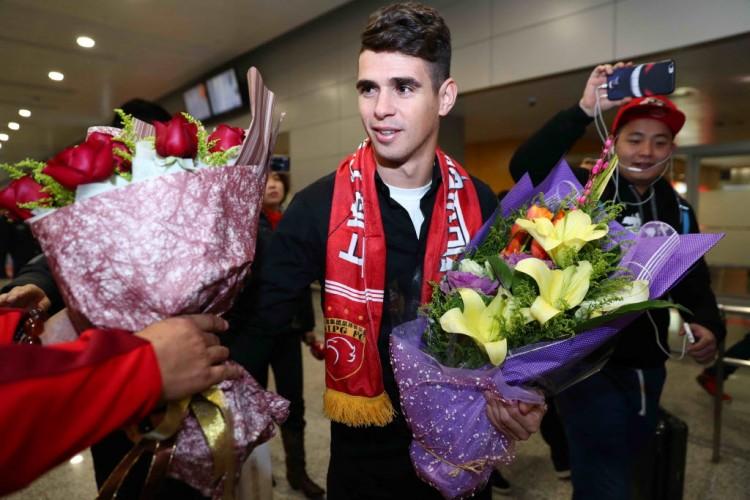 Oscar, ex-Chelsea, desembarca do aeroporto de Xangai; o brasileiro defenderá o Shangai SIPG em 2017 (2.jan.2017/AFP)