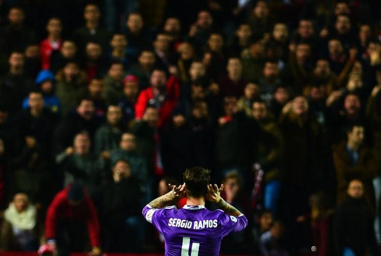 O capitão Sergio Ramos provoca torcedores do Sevilla ao fazer o segundo gol do Real Madrid no empate por 3 a 3 (Cristina Quicler - 12.jan.2017/AFP)