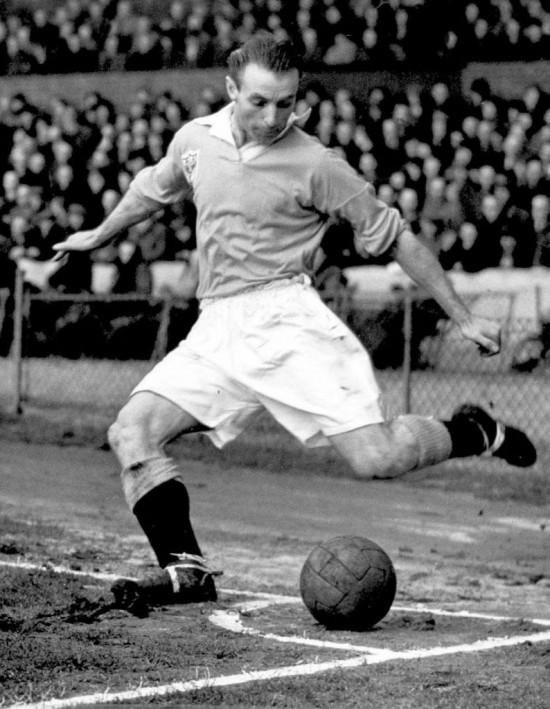O inglês Stanley Matthews em jogo no início dos anos 1950 pelo Blackpool (28.fev.1951/AFP)