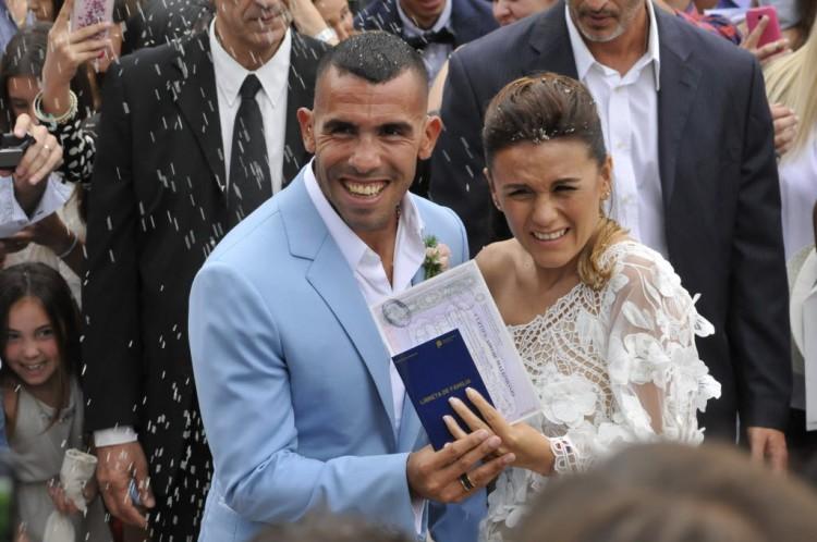Tevez em seu casamento com Vanesa em Buenos Aires; o argentino deixou o Boca Junior para jogar pelo Shangai Shenhua (Dario Batallan - 22.dez.2016/AFP)