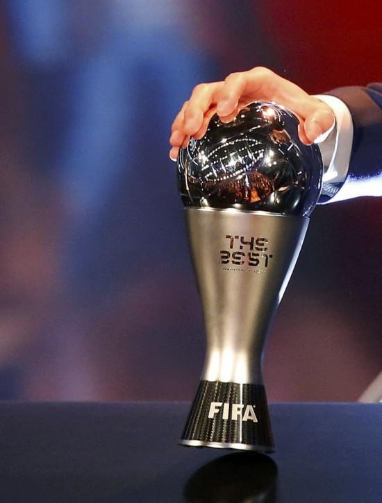 Cristiano Ronaldo recebe em Zurique (Suíça) o troféu da Fifa de melhor jogador do mundo de 2016 (Ruben Sprich - 9.jan.2016/Reuters)