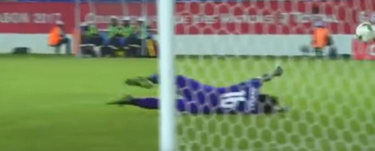 Agassi falha ao tentar defender chute do marroquino En-Nesyri (Reprodução/YouTube)