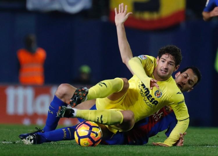 Alexandre Pato recebe a marcação de Busquets e partida do Villarreal contra o Barcelona (Jose Jordan - 8.jan.2017/AFP)