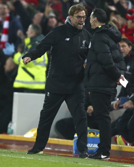 Klopp grita na cara do  quarto árbitro depois de o Chelsea desperdiçar pênalti contra o Liverpool (Dave Thompson - 31.jan.2017/Associated Press)