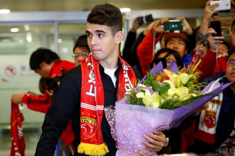 Oscar em seu desembarque em Xangai para defender o time chinês Shangai SIPG (Aly Song - 2.jan.2017/Reuters)