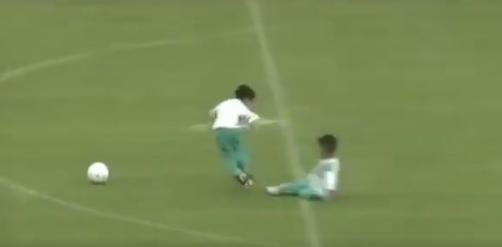 Rafinha e Thiago brincam de jogar bola quando pequenos (Reprodução/Twitter Rafinha Alcântara)
