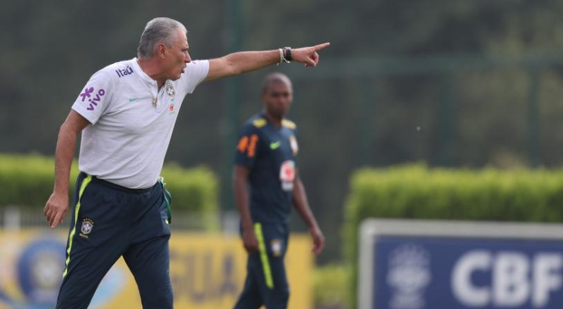 O técnico Tite comanda treinamento da seleção brasileira em Londres (Lucas  Figueiredo CBF) 57bce33e535ef