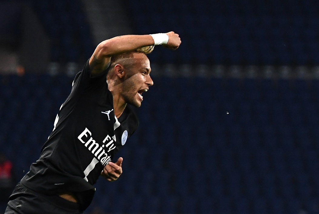10adfd88c Neymar comemora gol de falta