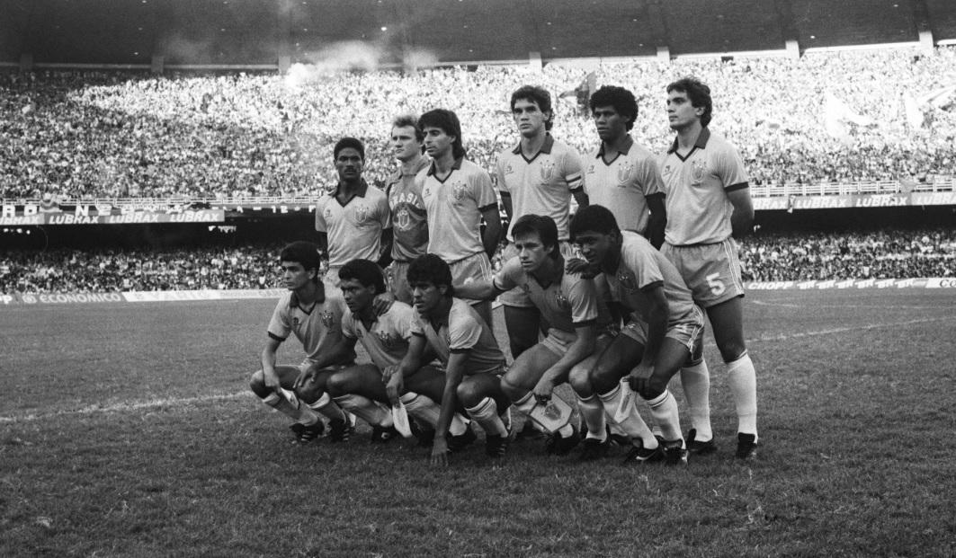O time campeão da Copa América de 1989, a última disputada no Brasil, posa antes da decisão contra o Uruguai: em pé, Mazinho, Taffarel, Mauro Galvão, Ricardo Gomes (capitão), Aldair e Branco; agachados, Bebeto, Romário, Silas, Dunga e Valdo (Vidal Cavalcante - 16.jul.1989/Folhapress)