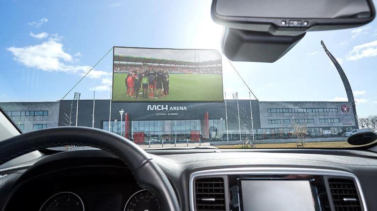 Drive-in é solução para torcida ir ao estádio na Dinamarca